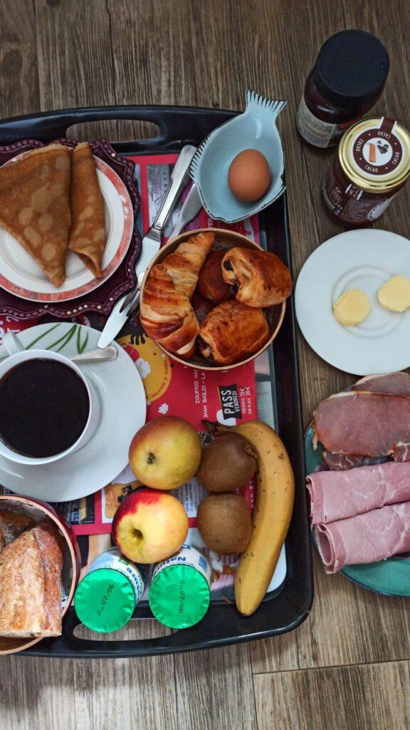 Au Kastell Dinec'h on ne rigole pas avec le petit déjeuner ! Parée pour une étape de voyage à vélo sur la Côte de Granit Rose via la Vélomaritime !