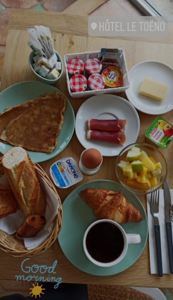 Petit déjeuner continental à l'hôtel avant une journée de randonnée sur le GR34 ou de voyage à vélo en Bretagne