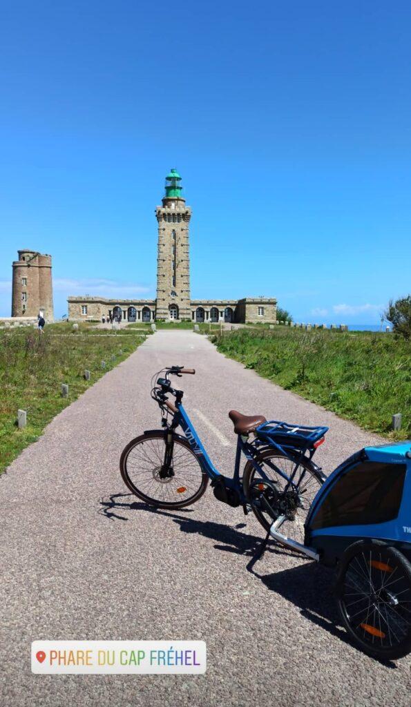 Vélo Kaouann devant le phare du Cap Fréhel en Bretagne