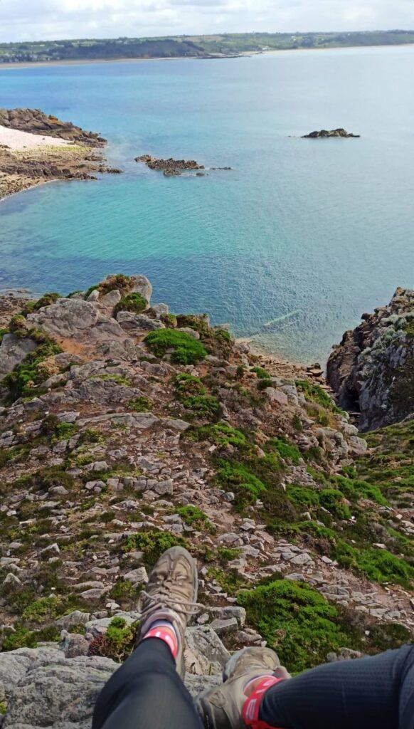 Petite pause face à l'eau émeraude au Cap d'Erquy sur la Vélomaritime en Bretagne