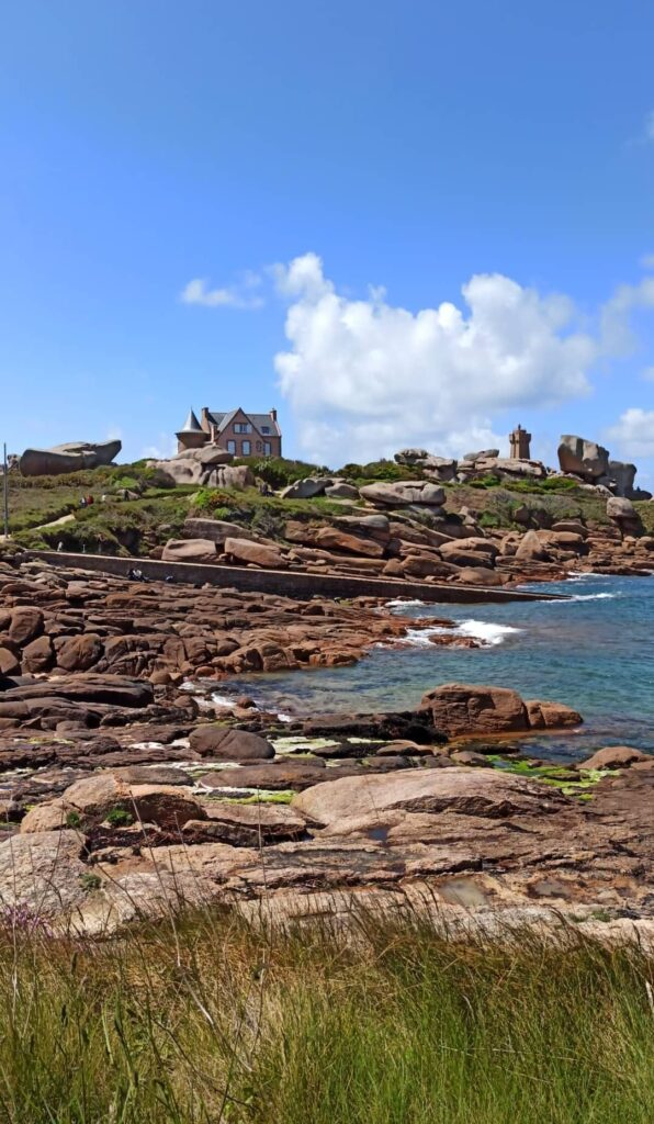La Côte de Granit Rose et le célèbre phare de Ploumanac'h, magnifique à vélo ou en rando