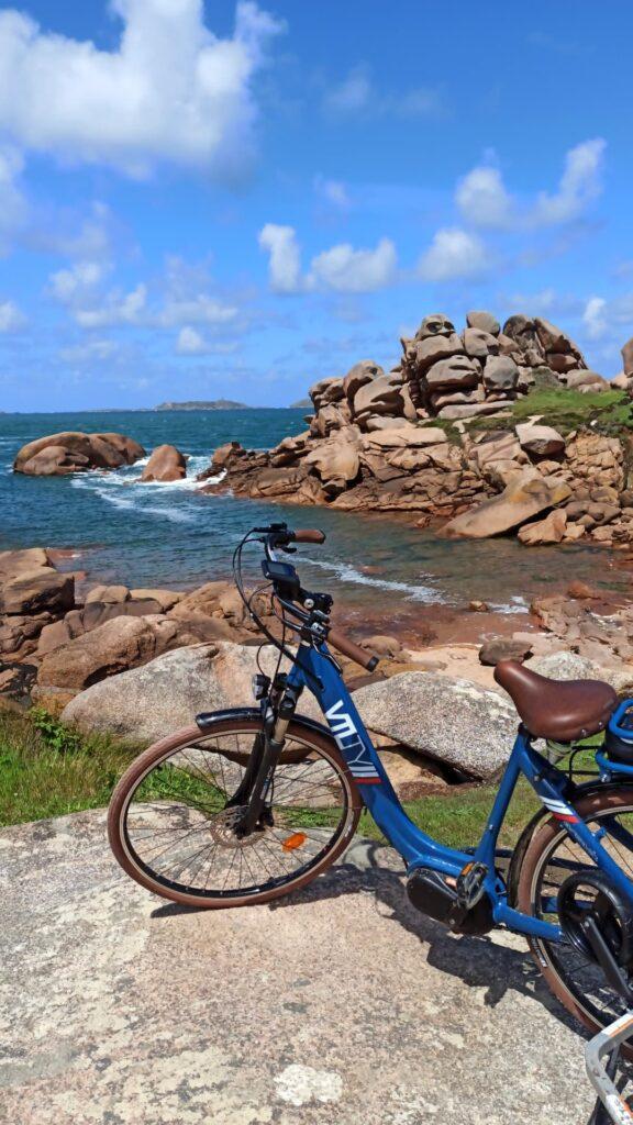 Mon beau vélo Kaouann sur la Côte de Granit Rose, lors d'une pause randonnée sur le GR34 au phare de Ploumanac'h